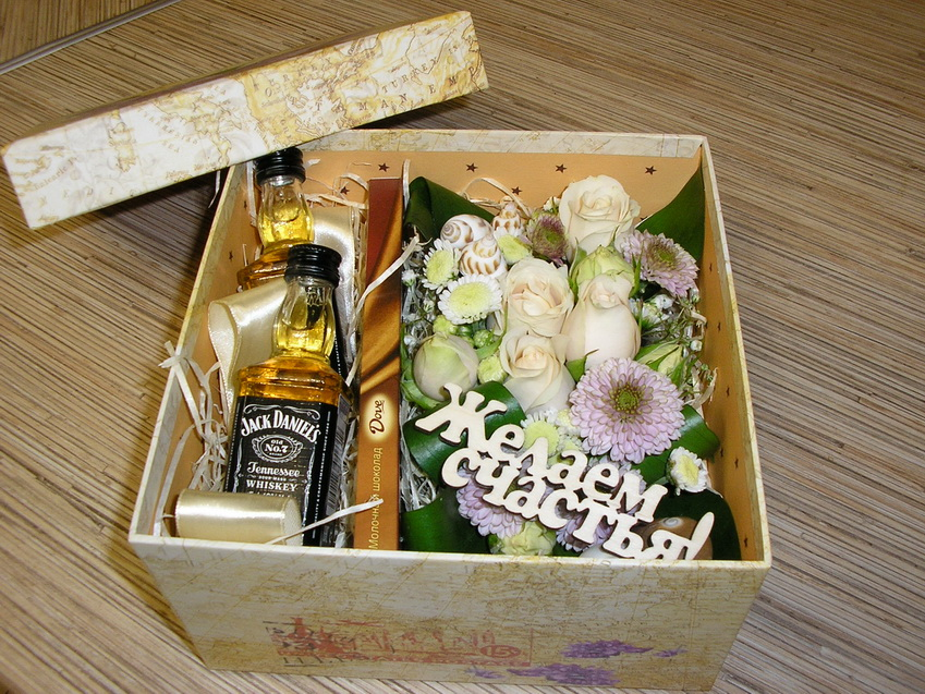Цветы мужчине в коробке